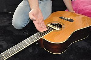 Changer une corde de guitare acoustique